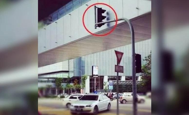 Ten semafor se očividně stydí