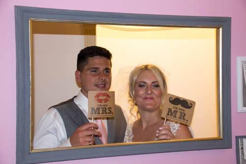 Několik dní před svatbou byl Justin hodně nervózní, bezcílně chodil v kruhu a s nikým nemluvil. Emma si myslela, že je to jen stres. Po obřadu pár vycestoval na líbánky. Emma byla už v 7. měsíci těhotenství.